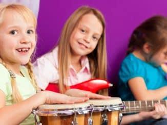 Kinder musizieren mit Instrumenten zu Hause