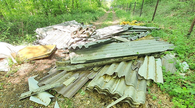 Welleternitplatten illegal in der Landschaft entsorgt.